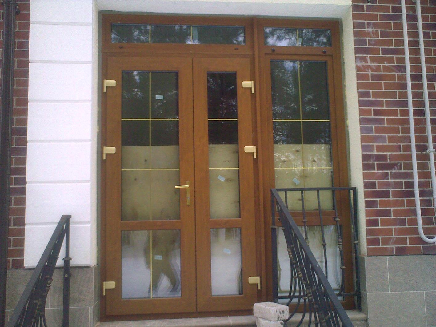 Пластиковая дверь входная со стеклом