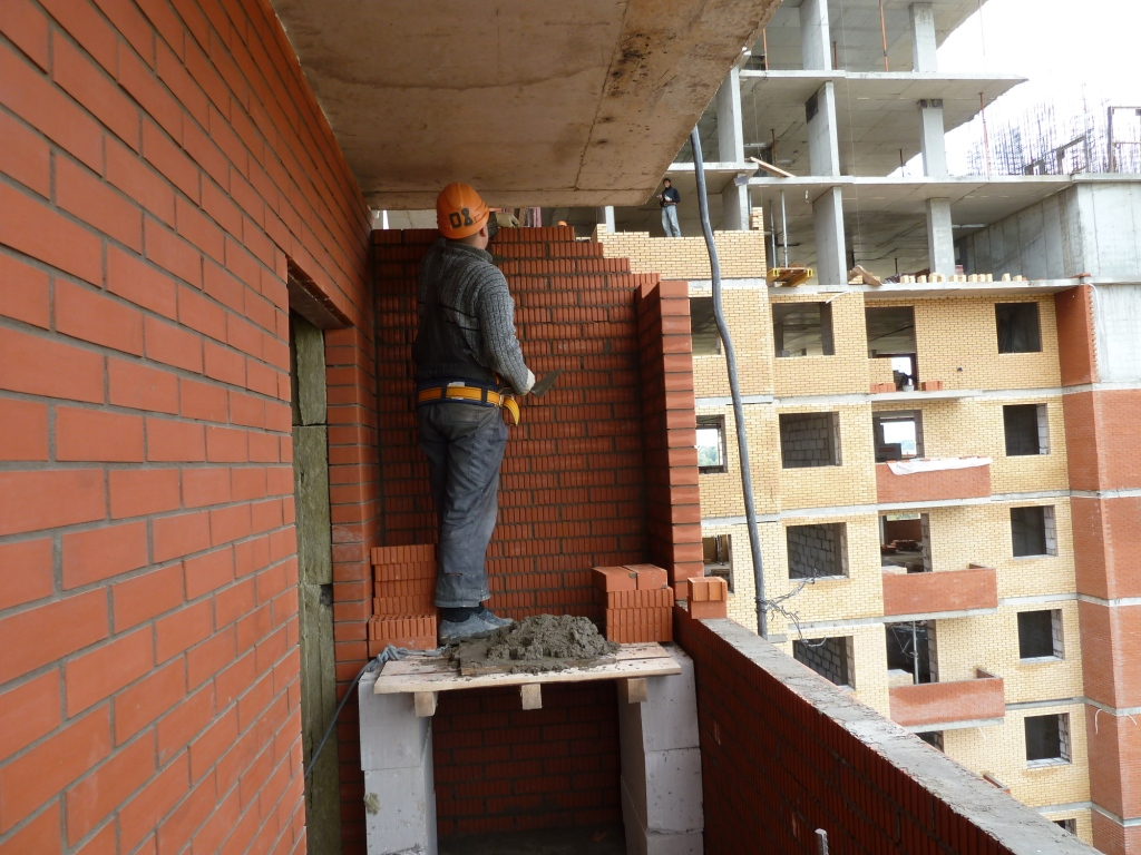 Кирпичная кладка балкона.